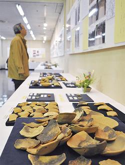 昨年度に発掘された遺物が展示された