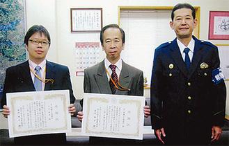 賞状を手にする森井局長(中央)と石井さん