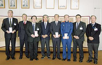寄付金を贈呈した梅田社長(中央左)