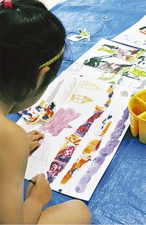 独創的な作品を仕上げる園児