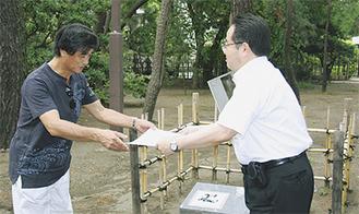 山口さん(左)に感謝状が贈られた