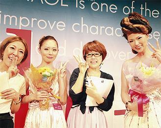 グランプリの青木さん(右から2番目)、準グランプリの中嶋さん(左)