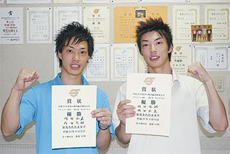 賞状を手にする内田和宏さん(左)・佳助さん(右)