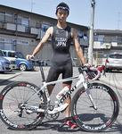 バイクのハンドルは赤と白のJAPAN仕様3度目の世界選手権に挑む