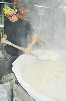 蒸した米に酵母を加え発酵させて作る「どぶろく」