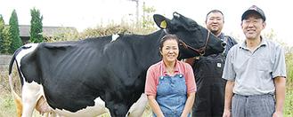 吉田幸男さん、雅章さん、恵子さん(右から)と入賞した牛