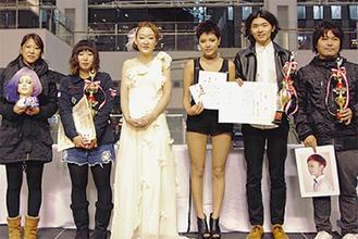 表彰される福冨さん(左から2人目)