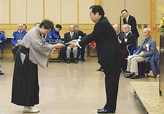 稲岡会長から1人ひとりに記念品が手渡された