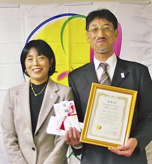 日本プロテニス協会会長の佐藤直子さんと相川支配人(右)