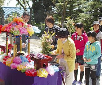 寺院には約600人の参詣者が訪れた