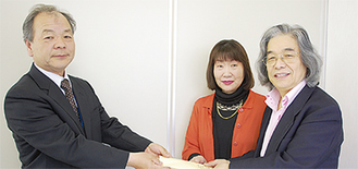 チケットを手渡すAMS企画の天野浩二さん(右)、永村さん(中央)