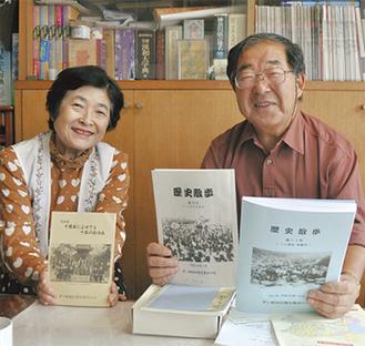 記念誌を持つ小宮山会長(右)