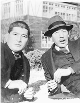 小津安二郎監督(右)と出演者の佐野周二さん