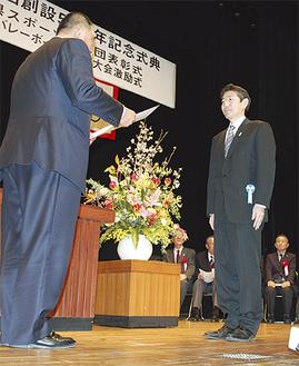 市スポーツ少年団の佐藤光本部長(右)に県体育協会の山下泰裕会長から感謝状が贈られた