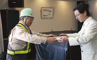 感謝状を受け取る加藤さん(左)