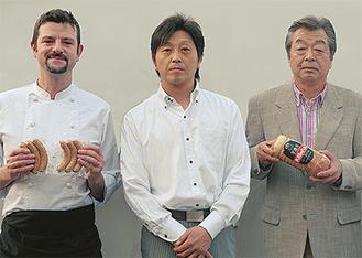 矢島代表(写真中央)と商品を手にする中山さん(同右)とセドリックさん(同左)