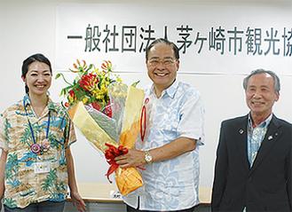 退任する大村会長(中)に花束が贈られた