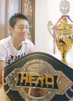プロ初のベルトを前にK-1への夢を語る伊澤選手