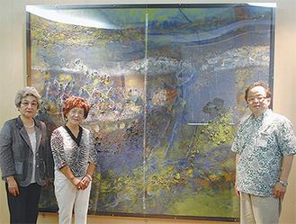 絵画の前で徳舛会長、佐野さん、服部市長(左から)
