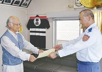 表彰を受ける水島自治会長(左)