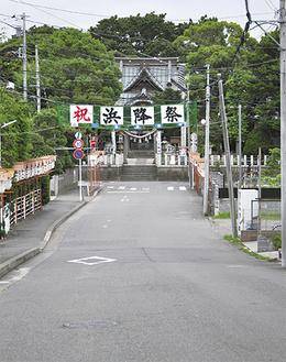 本村の八王子神社の参道