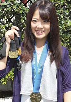 メダルを掲げる佐藤さん