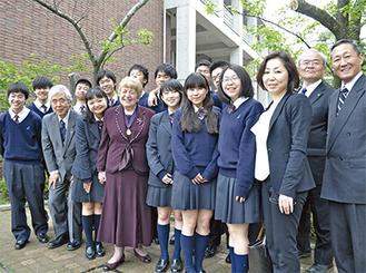 生徒らに囲まれるフォーサイス市長(前列左から4人目)=20日・アレセイア湘南中学高等学校