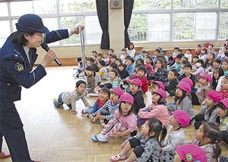 園児に向け、茅ケ崎警察署員が紙芝居などを行った