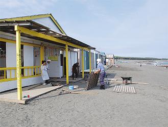 「海の家」の建設が進む=6月20日・サザンビーチちがさき
