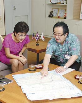 服部市長に市の説明を受けるイゲ氏(左)