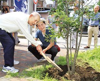西浜サービス会の今井豊会長(左)と、南湖やんべぇよ会の小又学会長らが植樹