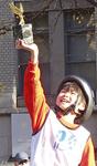 日本グランプリで優勝トロフィーを掲げる飯村君