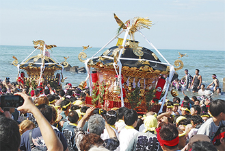 海に入る神輿と担ぎ手たち=7月20日・茅ヶ崎西浜海岸