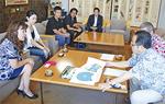 市長に開催主旨を説明する実行委員(左)