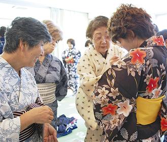 和やかな雰囲気の中開かれた着付け教室=7月26日・茅ヶ崎商工会議所