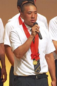甲子園優勝を報告した長倉君=8月21日・東海大相模高校