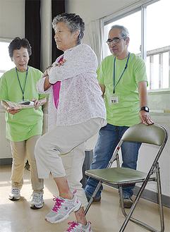 いす立ち上がりテストを受ける参加者=8月21日・海岸青少年会館
