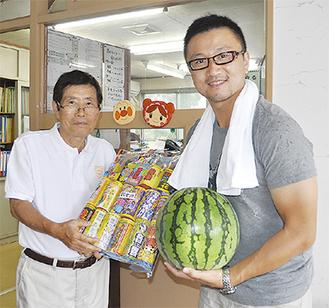 山川施設長(左)と趙組合長=8月20日・白十字会林間学校