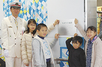 記念プレートも児童の手で設置された