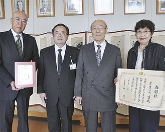 市長(中央左)に受賞報告に訪れた染谷会長(中央右)、長谷川秀喜副会長(左)、茅ヶ崎家庭婦人バレーボール連盟の宍戸佐代子会長(右)