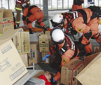 瓦礫の下から傷病者を救助する訓練の様子