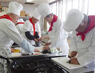 手際よく調理するメンバー