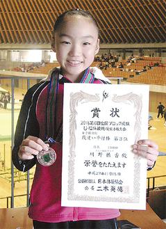 3位入賞のメダルと賞状を手にする川野さん
