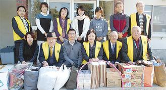 物資を届けたクラブ会員(黄色のベスト)と白十字会の職員たち