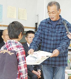 堆肥寄付のプレートを手渡す柿澤さん(右)