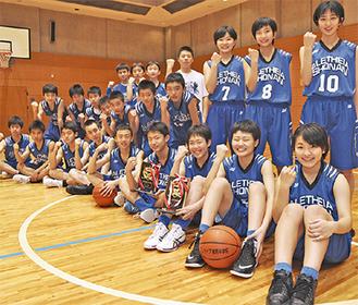3位入賞の楯を手にするアレセイア湘南中学校の男女バスケ部