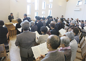 多くの人が集まった礼拝堂