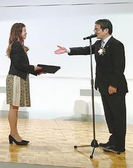 指名書を受け取った山田うんさん(左)