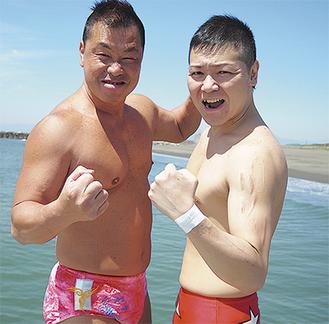 海をバックに意気込む戸田さん〈左)と安倍さん