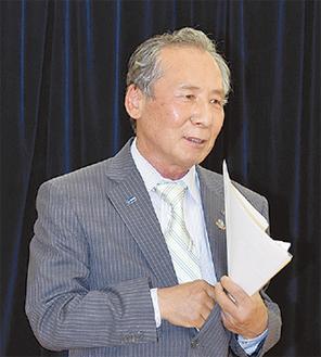 あいさつをする田中理事長